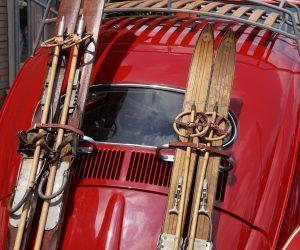 ¿Cómo se deben transportar los esquís en el coche?